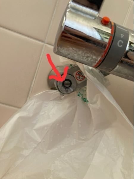 お風呂の混合栓、お湯側の止水栓のネジ部分から水漏れしています。(写真の矢印部分から水が吹き出します) 止水栓を閉めれば収まるかと考えとりあえずマイナスドライバーで少し締めて見ましたがそうするとネジの隙間から自分の方に向かってプシューと吹き出し、服がビショビショです(¯―¯+) 逆に緩めても同じくプシュー… 下手に触ったせいで回す前より余計に水漏れしだしたような。。。。(´·_·`) とりあえず1番漏れがましな位置に微調整して落ち着かせましたが、3滴/秒ぐらいのペースでぽたぽた漏れております。 どうやら部品か何かの劣化で何かを交換しないとどうにもならないことは素人主婦の私にも分かりました。築26年でこのようなことは初めてなので焦ってます(>д< ) (お風呂だけでなく洗面所の蛇口からもぽたぽた、キッチンの栓の下からもぽたぽたしております。。。。)でもまぁこちらは見て見ぬふりできる範囲です(^_^; ですがお風呂のこれは流石に緊急事態です。 質問したいのはこれは自分で部品をホームセンターで調達すればすぐに修理できるものでしょうか。 今は洗濯やら台所の片付けやらで元栓は締められませんが夕方家族が帰ってくるまでに修理できたらと考えております。 素人にも分かるように何を買ってくれば良いか参考動画かサイト等あれば尚、嬉しいですがご伝授頂けたら幸いです。m(> <*)m
