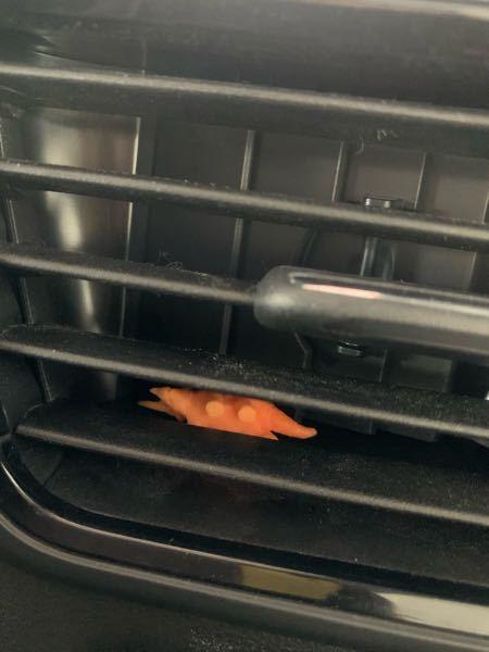 車のエアコンの吹き出し口にお菓子のおもちゃが入ってさしまいました。吹き出し口の幅よりおもちゃの幅が若干大きく取り出すことができません。 何かいい方法はありますでしょうか?