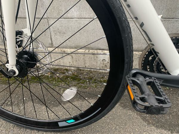 クロスバイクを購入して組み立てたのですが、前輪がペダルに当たって曲がれません。。どこがおかしいのでしょうか?