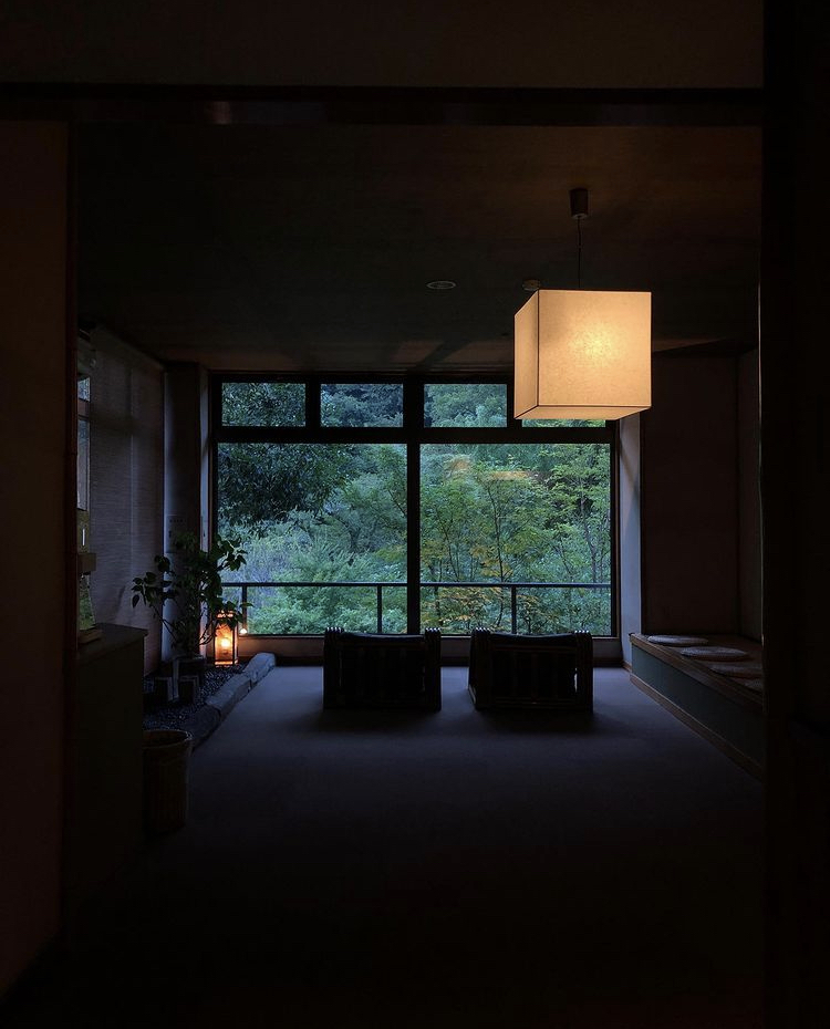 箱根の旅館で、以前SNSで気になった旅館の画像をスクリーンショットしていたのですが、 その旅館の名前を忘れてしまい、どなたかお分かりになる方はいらっしゃいますでしょうか よろしくお願いします