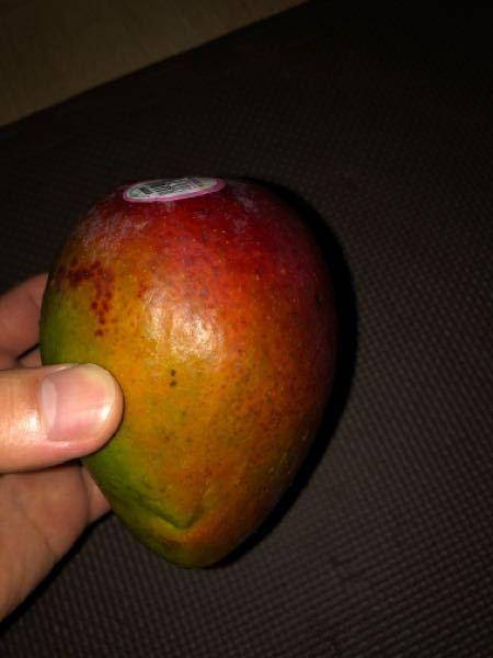 これはなんというフルーツですか?名前がわかりません。普通に切って食べれますか?