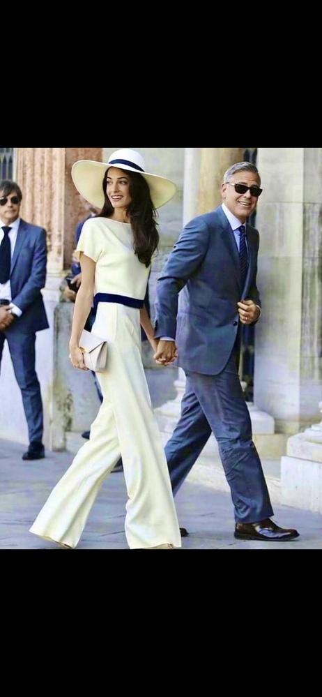 この右の男性(多分有名な俳優さん)の名前がわかる方いたら教えてください! 確か、左の弁護士の一般人女性と結婚したか付き合ってたか、の有名俳優さんです サングラスしてて分かりづらいですが涙