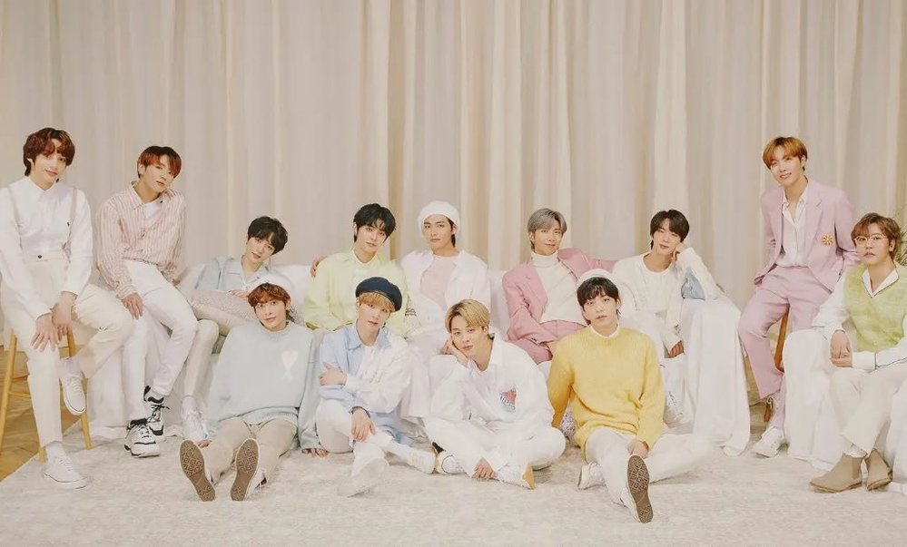 BTS TXTの集合写真です。 1番右端に座っている黄緑の服の人は誰ですか? ホビじゃない方です。