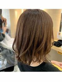 公務員でこの髪色は明るすぎますか? 地方公務員の20代女です。 以前まで髪の毛を濃いめのブラウンに染めていたのですが、プリンになってきていたのでセルフカラーしました。 私は思ったよりも明るいかな?と感じますが、 皆さまはどう思いますでしょうか。