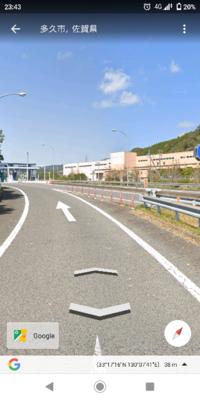 高速道路料金所手前での優先道路はどれになりますか? 写真側から料金所に向かう場合です。