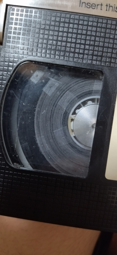 VHSです。これはカビですか? それともそこでテープが終わっているから色が変わっているのでしょうか?