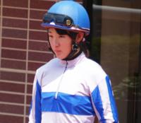 まなみちゃん通信No.19(^^) 永島まなみ騎手騎乗馬の着順を当てるまなみちゃん通信(^^)  今回の対象馬は土曜の函館7Rのタガノグリュック。   前走は心房細動で競走中止しましたが、その前は2戦連続3着していた馬。   4キロ減も効くので、チャンスはあるんじゃないでしょうか?    というわけでタガノグリュックの着順を当ててください。 ズバリ的中者に25枚、いない場合は最も惜しい方に進...