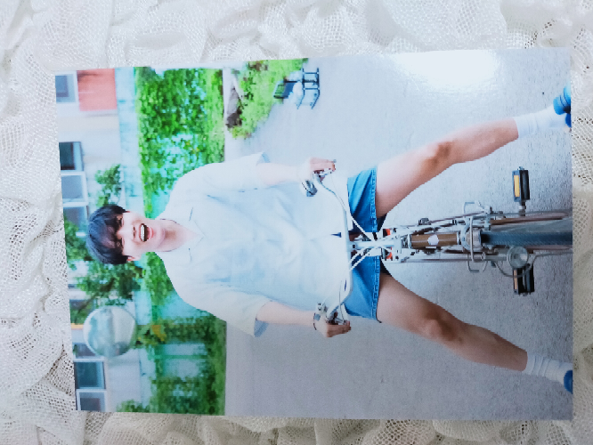 BTSのグッズについてです。 BTSのホソクのこの写真のグッズは公式ですか? 新大久保で購入したものです。 どなたか回答頂けると幸いです。