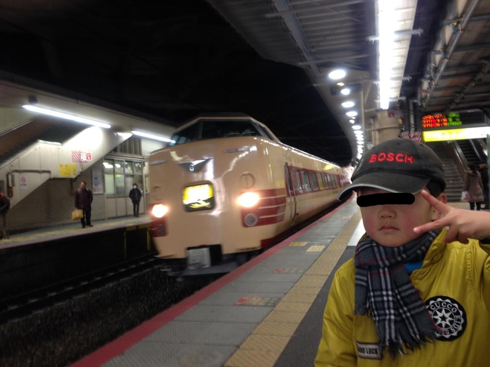 2013年12月30日9:38分に撮られたこの列車の行き先を教えてください。 たぶん新大阪です。 これって381系ですかね。