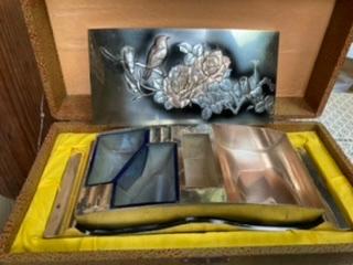 物置から出てきた昭和アンティークのこの品物、用途、名前等わかる方いますか? 重量は1kgくらいはあります… 上の模様があるものは蓋です。