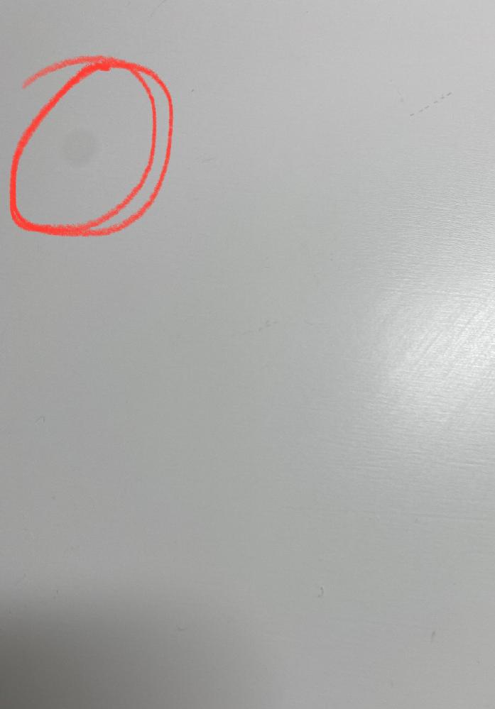 ノーマルカメラで、写真を撮ると画像の赤丸のようなのがずっと同じ所にあります。レンズを拭いてもなるのですがどうしたらなおりますか?