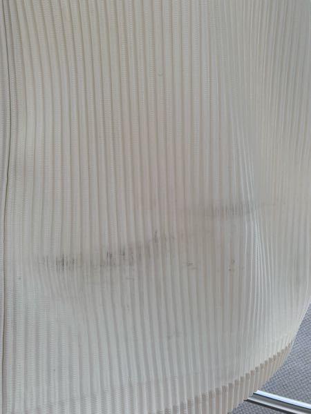 いつの間にか洋服にこのような汚れが着いていました。 洗濯などに詳しい方、どのようにすればこの汚れが取れるのか教えて頂けませんか。 大事にしているhomme plisse issey miyakeのシャツなので、、。 プリーツ素材です。よろしくお願いします