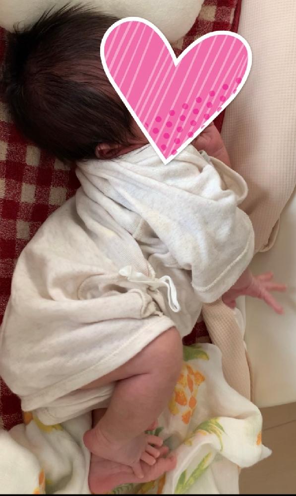 産まれて20日経つ新生児ですが2週間頃からとても首が強く授乳の後のゲップをさせる時など首を後ろに動かしたり、寝ている時や寝起きの時伸びをする時にも首を反らして体をよじったりするようになりました。 写真はその時の様子です。泣いて興奮状態の時など授乳をするのに乳首に顔をよせるときも首を後に力が入っていてとてもよせずらいことがあります。横抱きで抱っこした時も首に力が入り腕が痛くなります。新生児でここまで首は力強いものでしょうか。イメージではクタクタしているものだと思っていたのでとても心配です。普通でしょうか。検索すると反りは障害の可能性もあるとあり、とても不安になりました。みなさんの赤ちゃんの様子を教えていただければと思います。