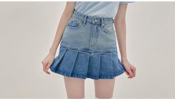 ただいま高校三年生でもう数ヶ月に大学生になる者なのですが、写真のようなプリーツのミニスカートを履きたいと思っていたのですが、大学生にもなってこれは少し子供っぽいですか??ありですかなしですか?? なんか色々わからなくなったので、ご意見よろしくお願いいたします。