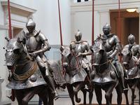 鎌倉武士は「十字軍」に勝てましたか?  「元寇」の時代に西洋では「十字軍」が中東に攻め込んでいました。 もしモンゴル軍では無く「西洋騎士」による「十字軍」が攻め込んできていた場合、鉄の鎧に鉄の盾を持つ西洋騎士を相手に日本の鎌倉武士は撃退できたでしょうか?  それとも聖都・大宰府は落とされ北九州あたりは占領されてしまいましたか?