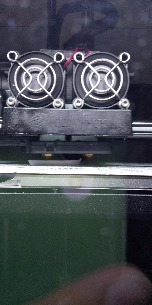 3dプリンターについてなのですが、造形中に一部が盛り上がり、グニャグニャと動いて造形が終わるとガタガタになってしまいます。どうしたら良いのでしょうか。 プリンターはqidi社のx-proでスライサーはqidi純正の物です。