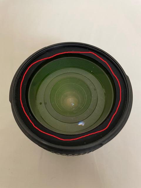 Nikon AF-S NIKKOR 24-85 前玉の分解について質問です。 前玉のチリやカビを取りたくて分解しようとしているのですが、ネジ部分がなくて困っています。 ユーチューブでこちらのレンズの分解清掃動画があったのですが、画像の赤線部分ゴムを引き剝がしていました。(元通りにすることはできていませんでした) まずこのゴム部分は剝がさなくてもレンズは分解できますか? あと、このゴム部分の正式名称も知りたいです。 よろしくお願いいたします。