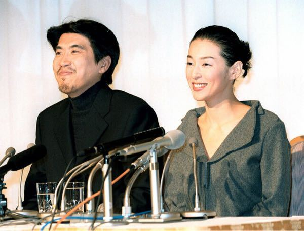 石橋貴明(59)と鈴木保奈美(54)の20年以上にわたる結婚生活に、ピリオドを打った。 2人は7月16日、石橋のYouTubeチャンネル「貴ちゃんねるず」で離婚を発表。「子育てが一段落した事を機に 今後は事務所社長と所属俳優として新たなパートナーシップを築いて参ります」と文章で報告した。 どう思いますか。