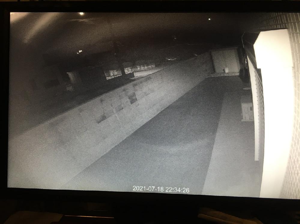 防犯カメラを設置して1日です。特に設定を変えていません。しかし、防犯カメラ映像が丸く白く濁っています。販売元に原因を聞きましたが、壁やシャッターに赤外線が反射している、結露を原因としてあげられました。 同時に4台設置しましたが、同じ症状です。この原因は何が考えられるでしょうか。