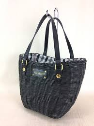 MACKINTOSH PHILOSOPHYの黒のカゴバッグを使っているのですが、持ち手も黒のレザーです。 夏に使う物なのでどうしても汗や日焼け止めなどで傷んできています。(少し白くなっている) ...