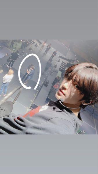 この写真のテヨンの奥に写っている2人ってどのメンバーですか??? NCTネオカルシズニ