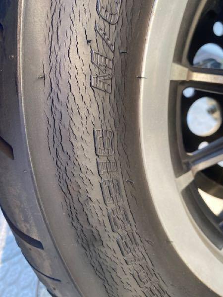 バイクのタイヤのひび割れについて相談なんですが、サイドのこのひび割れって皆さんどう思いますけ? 即交換ですか?それともケチって使いますか?幅広い意見お待ちしております。ちなみに製造から3年経っております。 150/80b16のチューブレスタイヤになります。ひび割れはサイドだけです