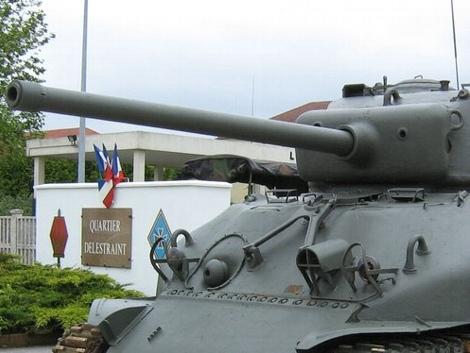 シャーマン戦車の76ミリ砲型の防盾は、他の同時代のアメリカ戦車(75ミリ型のシャーマンやM24軽戦車、M26重戦車)・自走砲(M10,M18,M36)などのように、 湾曲させたり尖らせたりするようなデザインではなく、垂直に切り立った感じにデザインされたのはなぜなのでしょうか?