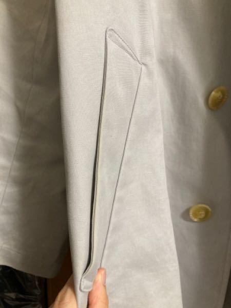 教えてください。写真のコートなのですが、ポケットの部分と袖先が黄ばんでしまいました。そんなに頻繁にはきていません。2年ぐらい経っていると思います。素材は綿100%です。 クリーニングでの染み抜きをしてもまだ残っています。 なかなかない色で可愛いので私としてはまだ着たいのです…詳しい方いらっしゃったらお願いいたします。切実です…