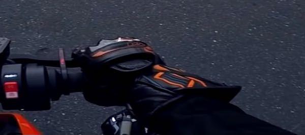 アンチビクスクさんのつけている手袋ってどこで買えますか?