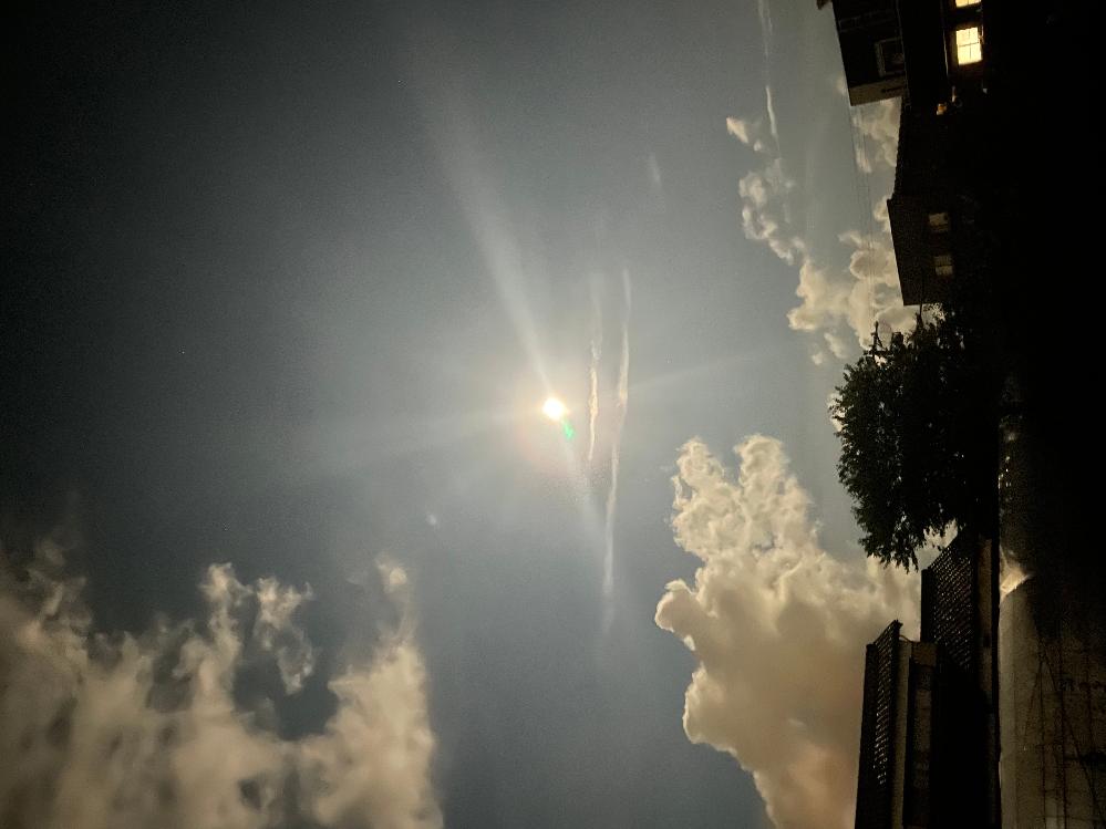 今我が家から見えるこの直線2本の雲。 何雲なんでしょうか? 地震雲は存在しないとネットで見ましたが、飛行機雲ではなさそうだし、キミが悪いです。