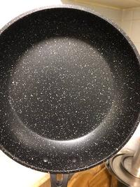 フライパンに白い斑点模様がついてる理由はなんですか? たまに白い斑点が付いたフライパンがありますが、これがついてる理由はなんでしょうか? 使われてる素材の模様でしょうか?