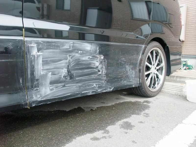 車の自家塗装。 足付け工程で、何番くらいが無難ですか 塗り重ねや、1液、ウレタン等色々なケースがあると思いますが あきらかに低い番手の方がガシガシ削れて ペーパー目詰まりも無く 都合が良いです。 ウレタンプラサフは高価で、ウレタンソリッドカラーの方が安価です 傷が残ってしまえど足付けすれば ウレタンプラサフの代用になりますよね。
