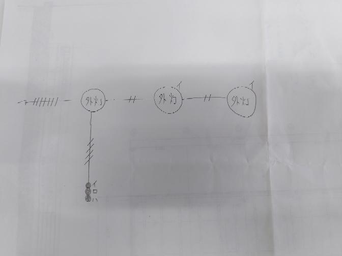 電気配線の接地線についてご教授願います。 添付写真のような配線図があるのですが、電源から一発目の外灯にはアースが取り付けられていると思うのですが、2発目と3発目の外灯にはアースは接続されていないのでしょうか? 外灯なのでアースを取り付けた方がいいと思うのですが、電気工事する上ではどうしてるのでしょうか?