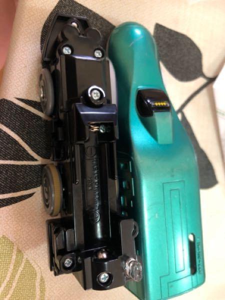 リサイクルショップに売っていました。 電池入れたらどうなるか教えてください! プラレールのはやぶさです。 袋に入って売ってました。 ON OFFのつまみがびくともしません。 飾りでしょうか? 電