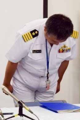 この人は海上自衛隊の方ですか? 肩や左胸のワッペンのような物はどういう意味を表すのですか?