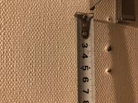 この壁の裏は一体何でしょうか。築10年マンションです。トイレットペーパーホルダーを付け替えるため、穴をあけたところ間柱にあたりました。 以前リビンクの壁に棚をつけた際にも間柱にあたり、アイスピックをハンマーで打ち込み、下穴をあけて何とか手でドライバーを使いビスを打ち込みました。今回も同じ方法でやってみたところビスは全く入っていかず、アイスピックはハンマーで何センチも入り込みました。諦めて隣に...