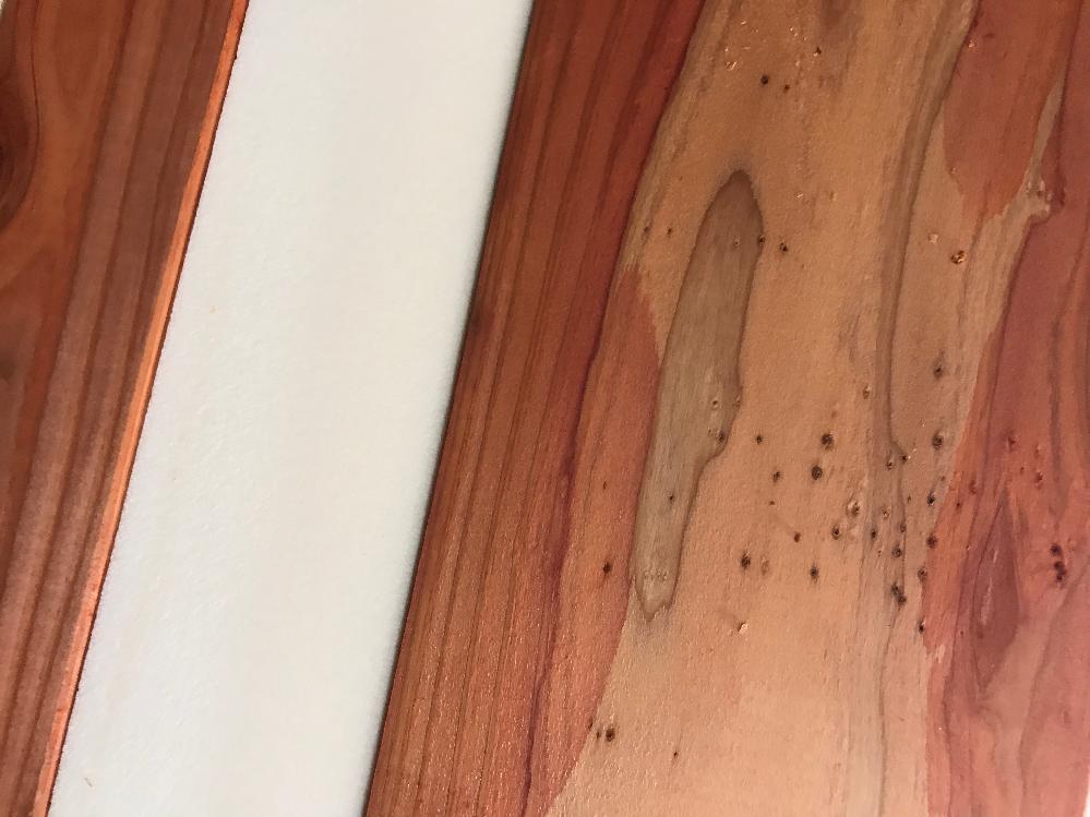 住友林業 昨年建替え 床下湿度 93%〜83% 乾燥注意報でも82%(1週間以上の晴天続き) 床下基礎木部は 当初、防蟻剤の鮮やかなオレンジ色だったのですが 白く変化した部分が多くなりました。 ① 白の内側に黒いモヤモヤが出ている木や ② うっすらと黒?っぽい斑点の見える木があります。 ③ 黒いポツポツが出ています(画像) ⭕️ 画像の黒いポツポツは何でしょうか? 外構も住友林業ですが 排水を考慮しない工事のため 何度も冠水し、 丸一年間 湿地状態が続いていました。 (3週間続く秋晴れでも 体が沈み込むほど重度の湿地でした) 先週 大規模な排水改善工事をして下さり、 床下の高湿度は季節的なことで大丈夫とのことですが ・湿度90%超え ・木部の変化 心配です。 基礎木部の白色変化と黒いポツポツについて教えて下さい。 どうぞよろしくお願いいたします。