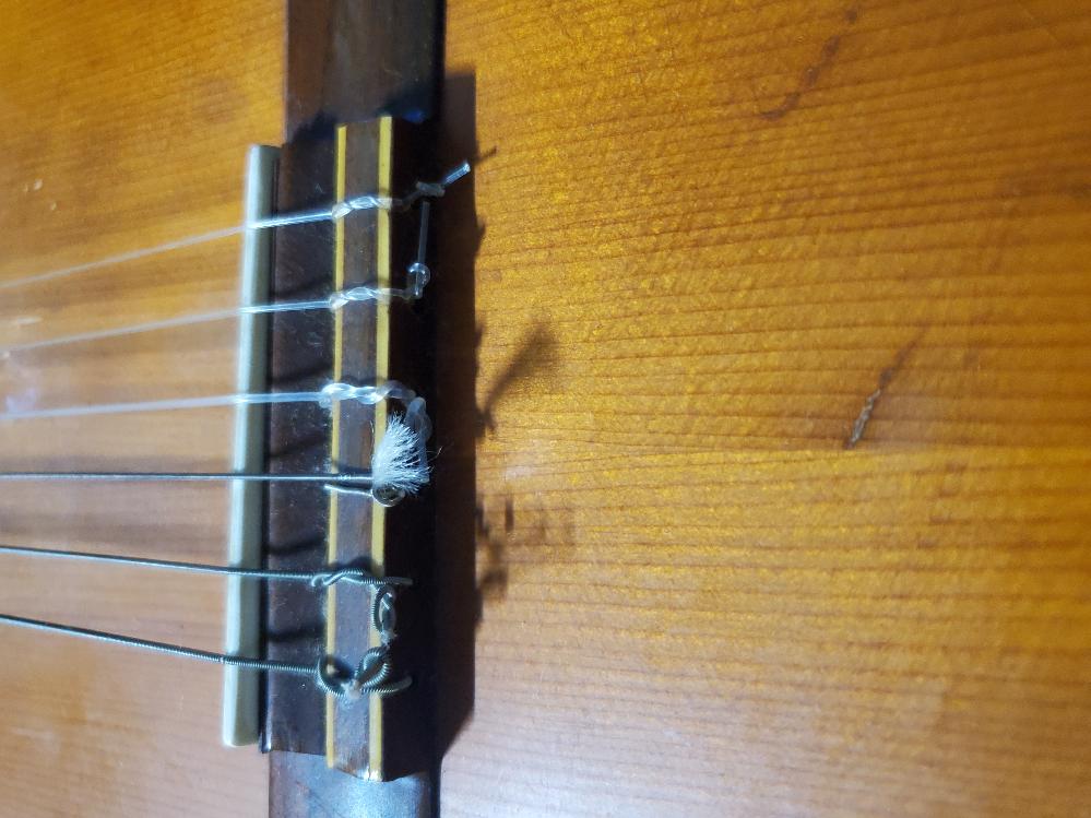 数十年前のアコギを貰いました。サドル?というものがついていないぽいのですが普通に演奏することはできますか?