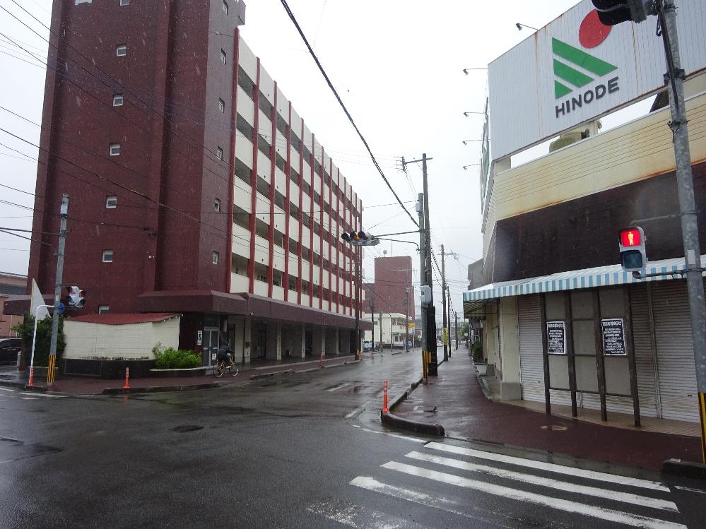 なんだか全国的に夏空で猛暑に注意とカいうニュースですが、九州の太平洋側、主に宮崎県がここしばらくずっと雨降りだということはどういうことなのでしょうか。 梅雨明けして数日は夏空が広がっていたけどそのあとはずっと雨降り。週間予報を見てもこの先もずっと雨降り。気温も30℃に届かなかったりもする。 こういう天気が続くとストレスがたまるのは当然ですよね? イライラする人が増えるのは当然ですよね? コロナとかオリンピックとか政府とかに余計に腹が立つという人もいますよね? だったら熱中症アラートが出るような猛暑でもいいから晴れてくれたほうがいいということでしょうか、