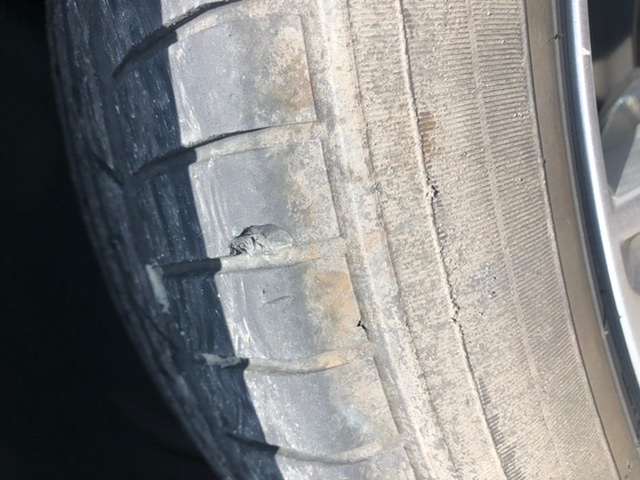 縁石でタイヤを擦ってしまったのですが大丈夫ですかね??