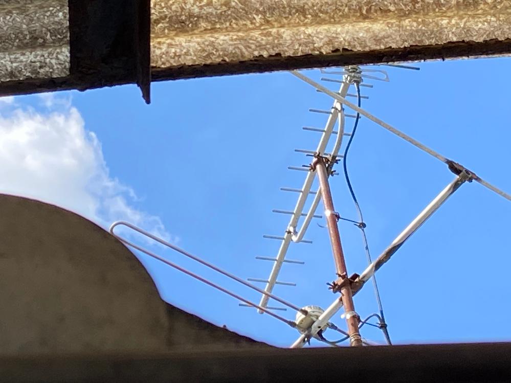 このuhfアンテナで地デジを視聴しているのですが、uhfアンテナから出ている線は同軸ケーブルですか?それともフィーダー線ですか? またuhfアンテナの形からも何年前か分かるのでしょうか??