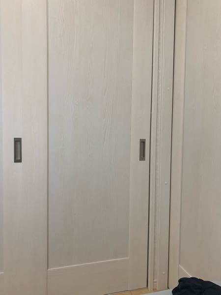 ご覧頂きありがとうございます。 今回は部屋の引き戸について質問です。 写真の通り下側に行くにつれ隙間ができてしまいます、上下、左右どこを調節すればよくなりますか?
