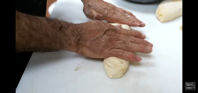 YouTubeでたまたま見たアメリカのピザ作ってるシーンです(スクショ) 、、腕毛入らないんですかね?笑 割とふさふさしてる人みたいなのでポロっと練りこまれそうだなぁって 皆さんがもし調理風景こうやって見えてこの腕毛だったら気にしますか? 全く気にしない?