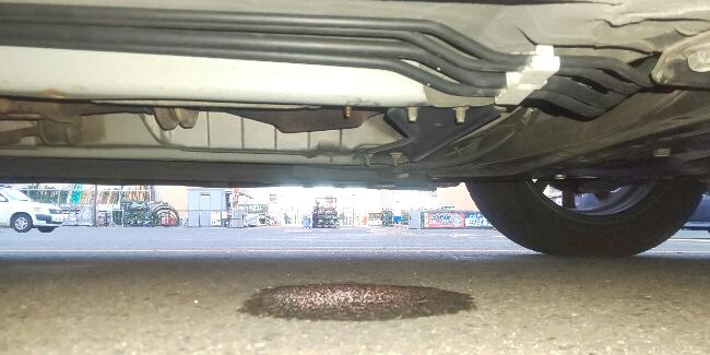 ふと車体下をのぞいたらエアコン使ってないのに液が漏れてるようなのですが、わかりますか?