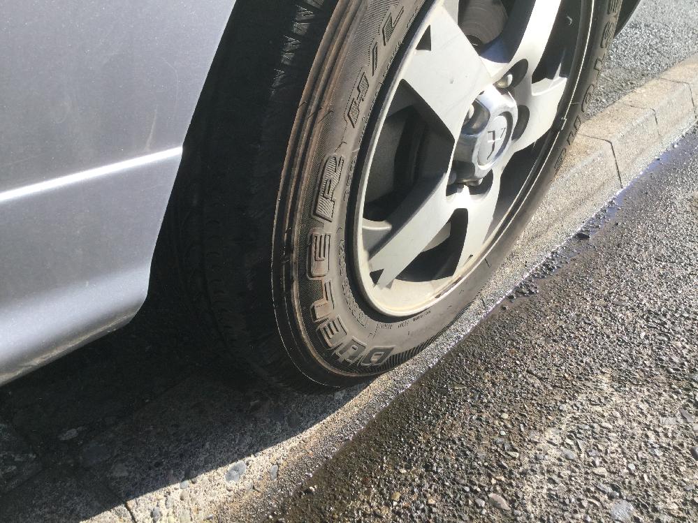 これは「はみ出し駐車」になるのか? 長年ご近所の爺さんに怒鳴られて睨まれて車まで覗いてきて すっごく悩まされて困ってます。爺さんは「路肩にはみ出してる」と この画像から下段の場所に止めては言われています。なので画像の 上段に止めておりますが、こんな駐車は家の壁ギリギリまで寄せて ミラースレスレでぶつかりかねない上、タイヤもこれでは パンクを引き起こしかねません。とりあえずこの 止め方はセーフなのかお願いします。