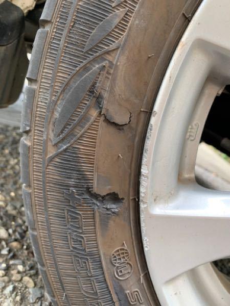 タイヤが縁石に乗り上げ、エグれてしまいました。 その後2時間程走行しましたが今のところ大丈夫です。 このままで良いのか不安です。写真の状態なのですが、 交換した方が良いでしょうか?