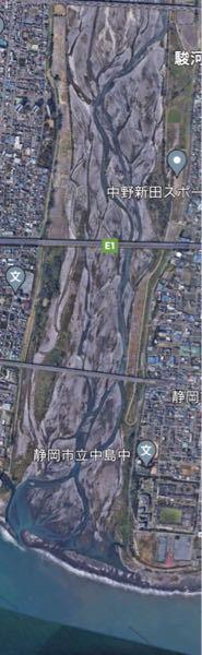 川といえば、東京でいえば隅田川や荒川のような、いつも幅いっぱいに水が流れているようなイメージなのですが、Google Earthで各地の川を見ると、かなり干上がってる?物が多いように思えます。 例えば、下の写真は静岡の安倍川の河口付近なのですが、ほとんど陸地のように見えます。 これはなぜでしょうか?