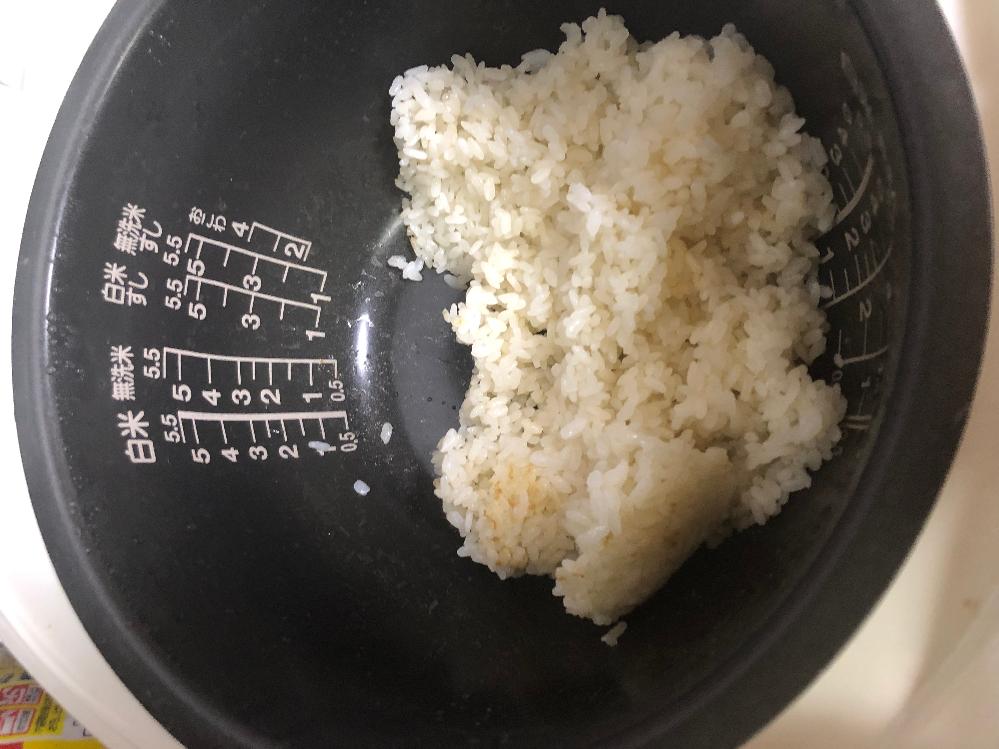 頂きもののお米から変な匂いがします 大叔母(父方の祖母の妹)から、毎年お米が届きます。大叔母夫妻は自営業で、そのお客さんが育てているお米をいただくものの、食べ切れないそうで分けて送られてきます。 例年美味しくいただいているのですが、今年送られてきたものは、炊いてみると何だか変な匂い(腐敗臭や酸っぱい感じではなく、甘い?ような不思議な匂い)がしました。 また、画像のように茶色い部分があり、水分量は普通なのに米粒の表面にぺたぺた?したような感じが少しします。 大叔母に向こうで食べているものも同じ様子かなど聞ければよいのですが、私の母が嫁入りの折から祖母といざこざがあり、(祖母の妹である大叔母は私から見る限りは良い人なのですが汗) もしかしたらわざと大叔母が問題のある米を送り付けているのかもしれない、と疑っているようで大叔母当人には聞けません。 それに、大叔母からしても頂きものなので、あまりケチをつけるようなことは言えないかなぁ、という感じで...。 父は現在単身赴任中で、そもそも同じ米が送られているのかも現在確認中という感じです。 できれば私だけで解決できれば、と思っています。 よろしくお願いいたします。