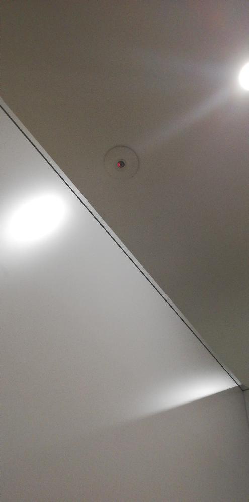会社のトイレの個室です。 上にあるやつは監視カメラですか? 赤い光が点滅したりしてます。