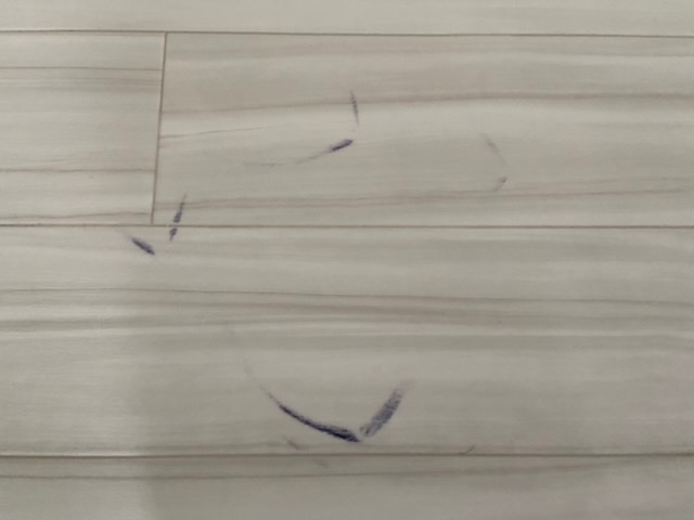 クッションフロアの擦れ汚れがとれる方法を知っている方がおられましたら教えていただきたいです。激落ちくんを使っても上手くとれません